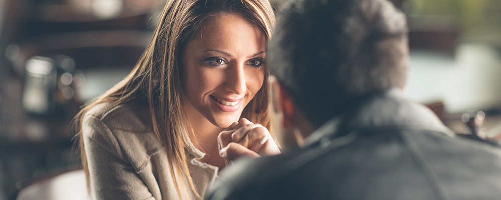 Как обратить на себя внимание мужчины: три лайфхака